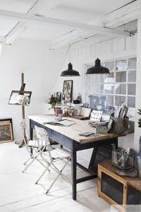 Skrivbord-i-tra-med-vitt