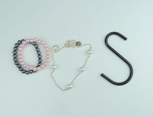 Armband och halsband organiserade med S-krok