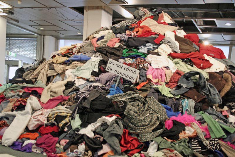 Konsumtion - berg av kläder