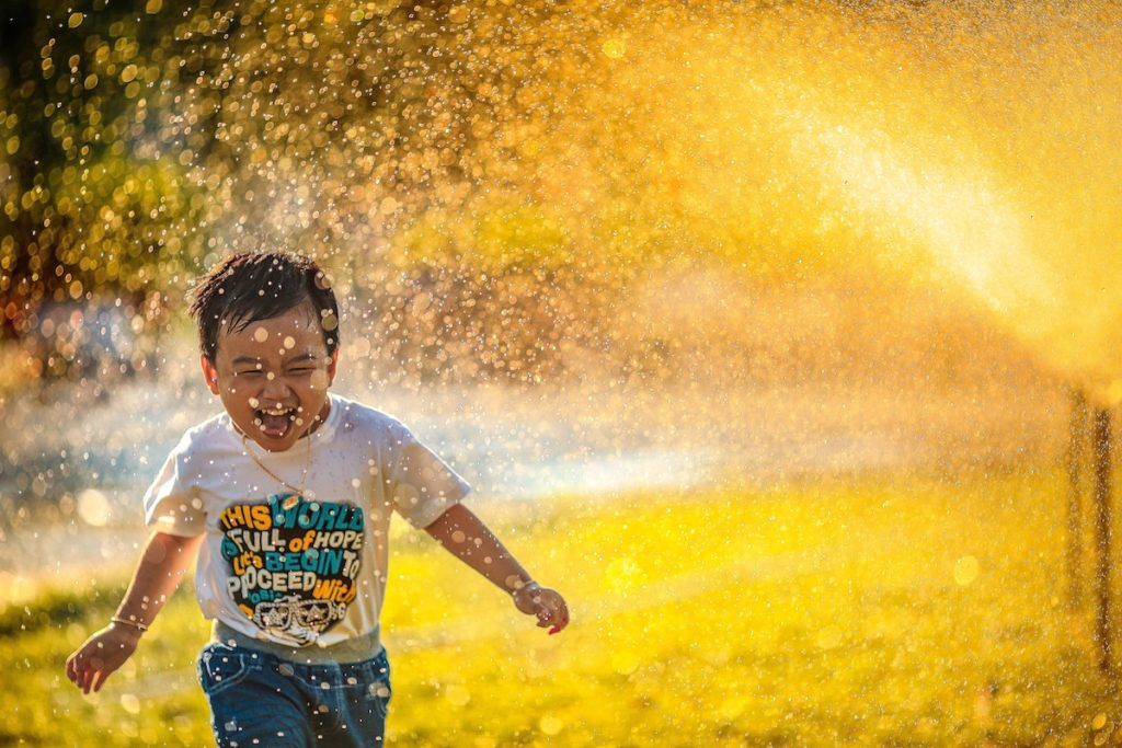 Pojke leker i vatten